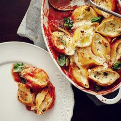 Muszle z mozzarellą zapiekane w sosie pomidorowym