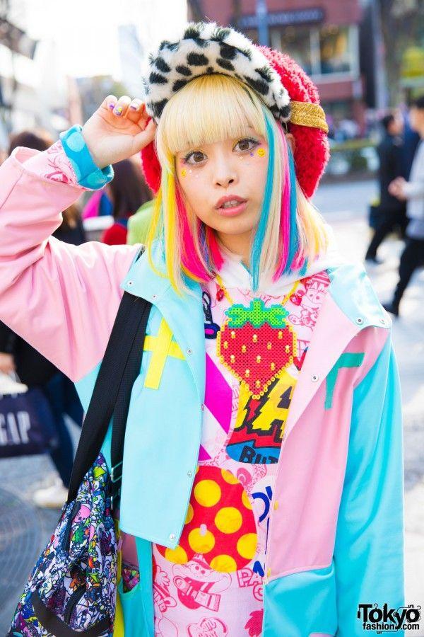 HARAJUKU KAWAII MODEL KUREBAYASHI DALAM MODE LUCU OLEH ZETSUKIGU, YOSHIDA BEADS, LISTEN FLAVOR & FUNKY FRUIT  Berita Fashion Jepang – Di Harajuku, kami bertemu dengan Haruka Kurebayashi, model dan vokalis populer untuk band rock kawaii Jepang MJR-Cookie. Dia menarik perhatian kami dengan tampilan fashion gaya kawaii warna-warni. Dia sering ditampilkan di depan pintu kami, yang paling baru kembali pada bulan Februari.