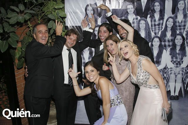 Paulina Peña festeja su graduación en compañía de su familia