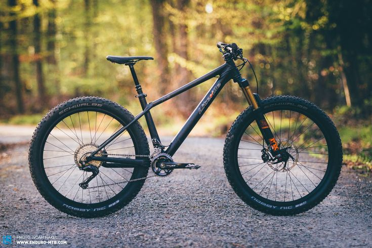 Tubby tires, a sizable downtube and an aggressive stealth-like image – the Liteville H-3 shares more than just its model code with the monstrous Hummer H3 from the States. Fortunately, the differences in their riding styles couldn't be further apart. Based in the Allgau Alps, Liteville claim that the H-3 is the 301 of their …