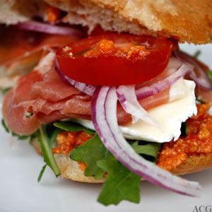 Sandwich med brie og serranoskinke