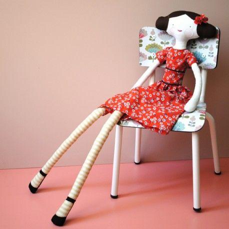 Kit Poupée Nina (c)Mini labo, édition exclusive incluant une poupée Nina, le tissu Garance et le patron de la robe.