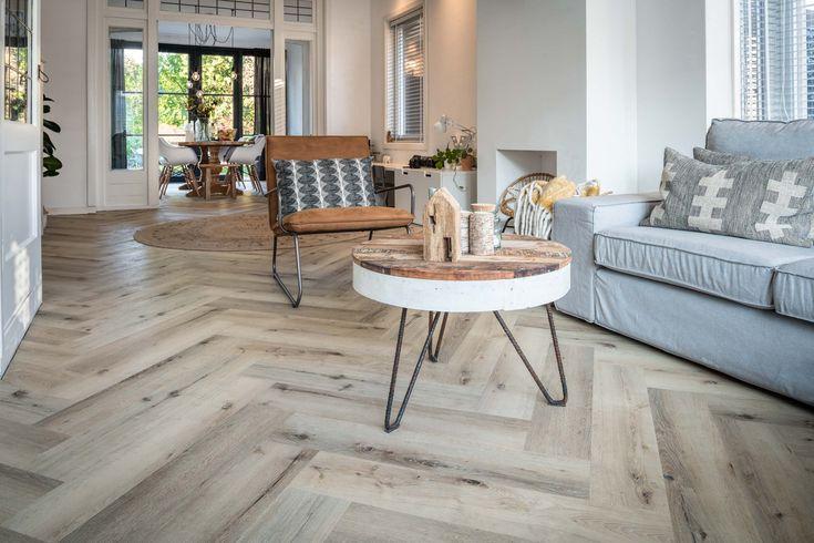 Sfeervolle woonkamer pvc vloer in visgraat