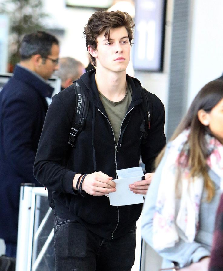 "6,781 curtidas, 102 comentários - Shawn Mendes Updates (@shawnmendesupdates1) no Instagram: ""November 14: Photos of @shawnmendes at the airport in Toronto [We don't own any of these images.…"""