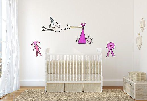 """Il modo migliore per accogliere la nuova arrivata? Lo sticker """"La cicogna bimba"""" personalizzerà lo spazio a lei dedicato regalando un tocco di rosa anche alle pareti."""
