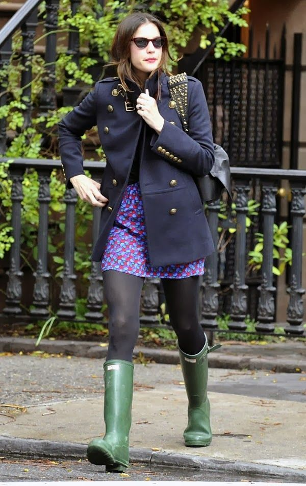 Hunter wellies + geometric print skirt + navy coat + tights | Outfit Ideas for my green hunters ...