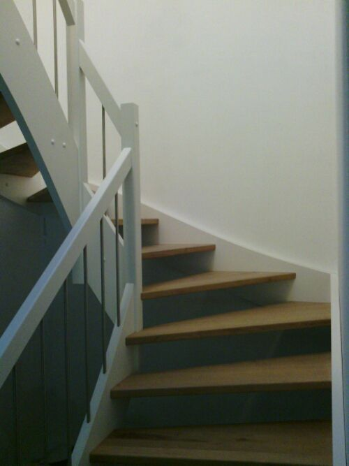 Wangentreppe mit Eichenstufen Treppen- und Flurinspirationen