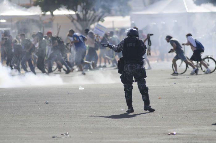 Caos em Brasília: Cavalaria bombas e feridos em manifestação contra Temer (VÍDEOS)