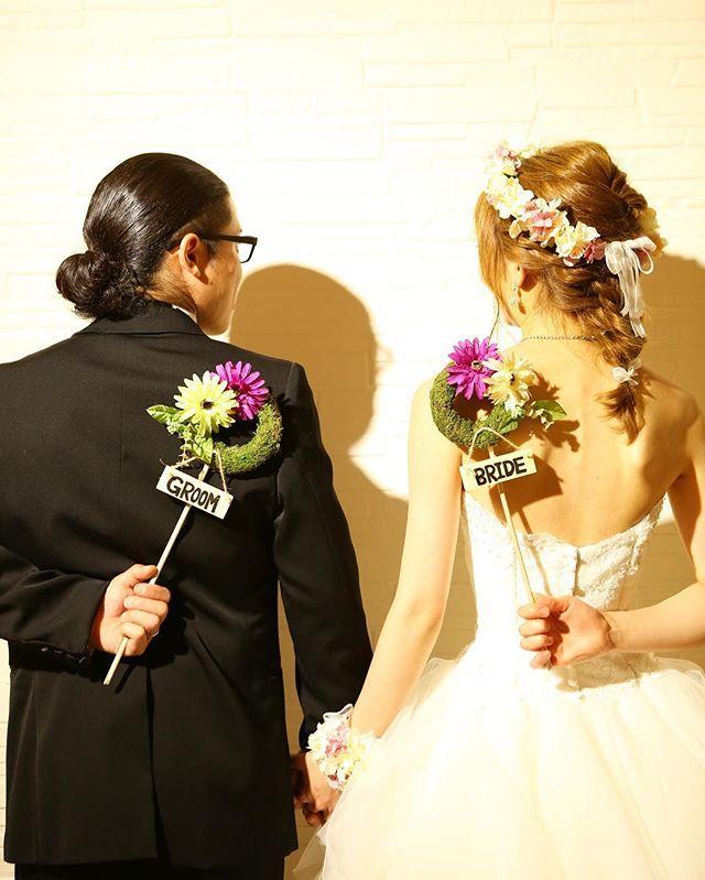 * きまぐれまえどり。 . 旦那もどきの 髪ばり長すぎる。 エゲツナイ。笑 . こんまえ装花の打ち合わせしました。 テーブル装花は 四隅の卓と真ん中2卓を 枝もので木っぽいやつに あとのテーブルはお花で . 旦那もどきが 枝ものの木っぽいのがいいらしい… 何でもいいとか言いながら ちょくちょくこだわりだしてくるやーつ! . しかしびびるくらい枝もの高いー うち装花だけで破産する〜。 おかげで アクアイリュージョンは諦めもーど。 * #2016秋婚 #2016awd #ホテルウェディング#会場装花 #結婚式前撮り#リース#花冠#フォトプロップス#日本中のプレ花嫁さんと繋がりたい#ウェディングニュース#結婚式準備#marry花嫁