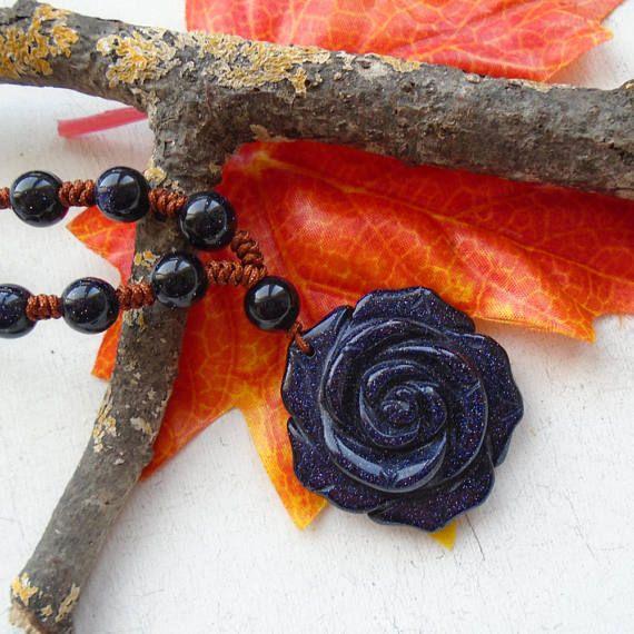 Die Halskette hat einen Umfang von ca. 80,0 cm, die Länge kann, reguliert werden.   Die Halskette besteht aus einer geschnitzten Blaufluss Rose, die einen Durchmesser von ca. 3,5 cm hat, die Blaufluss Perlen haben einen Durchmesser von ca. 6 mm.  Die Rose ist auf der Rückseite glatt,  Rose und Perlen wurden auf eine braune Perlenschnur geknüpft.  Die Halskette wiegt ca. 20,0 g.   Neu und ungetragen.  In unserem Shop finden Sie weitere Schmuckstücke, die in liebevoller Handarbeit hergestellt…