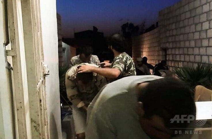 イラクで活動するイスラム教スンニ派(Sunni)武装勢力「イラク・レバントのイスラム国(Islamic State of Iraq and the Levant、ISIL)」に捕らわれ、歩かされる捕虜。ツイッター(Twitter)のイスラム武装組織系アカウント「バラカ(Al-Baraka)」に投稿された画像(2014年6月12日撮影)。(c)AFP/ALBARAKA NEWS ▼2Sep2014AFP|イスラム過激派とのツイッター戦争に挑む米サイバー戦闘員 http://www.afpbb.com/articles/-/3024676