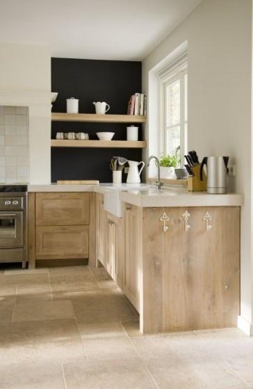 Kitchen. Mur noir et utilisation de l'ancienne cheminée