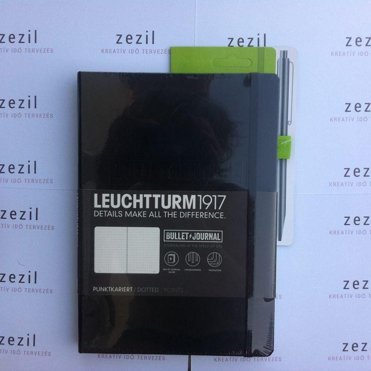 Fekete színű Leuchtturm1917 Bullet Journal lime zöld színű tolltartó gumival.  Leuchtturm1917 | pen loop | zezil