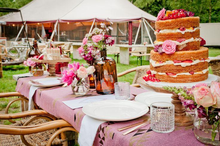 Feel Good TentEvent Weddings  Locatie: Feel Good TentEvent | Fotografie: Villadinamica | Cooördinatie & Styling: NINA weddings | Trouwlocatie: Feel Good TentEvent | Bloemen: Bloom your Life | Bruidstaart: Sugarlips Cakes | Stationary: Studio Met Marjet