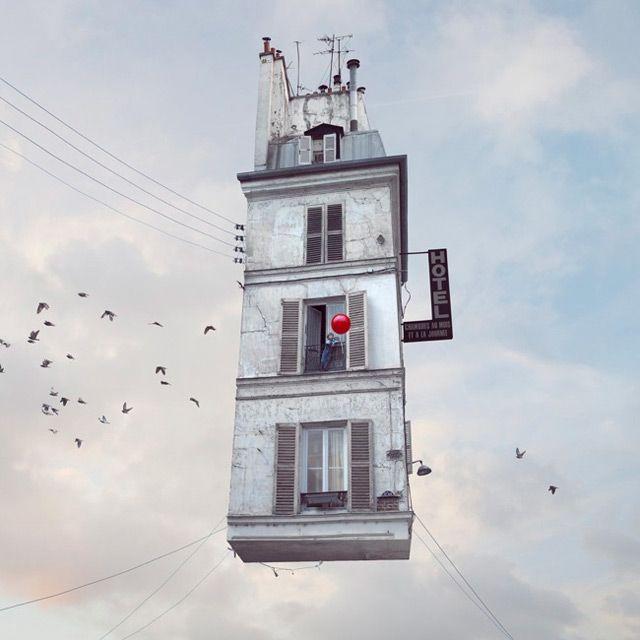 Laurent Chehere donne un aspect fantastique à des habitations en les faisant s'envoler dans les airs. [Via]