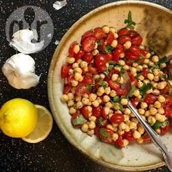Zdjęcie do przepisu: Sałatka z ciecierzycy z czerwoną cebulą i pomidorami