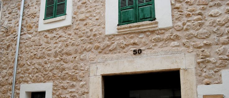 In the Carrer Major of Lloseta, there stands an old house at number 50. In early 1940, the Riera family decided to move all its production to this house, which has seen much thread entering it and much fabric leaving it, making it, in effect, another member of the family. Inside, time seems to have stood still.