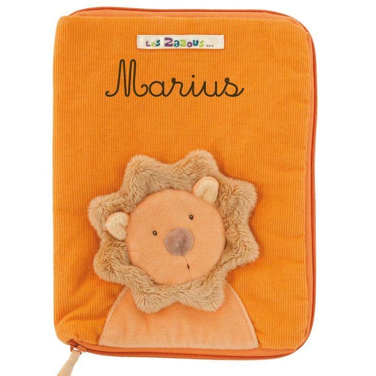 Le carnet de santé de bébé sera bien protégé et joliment décoré grâce au protège carnet de santé lionde la collection Les Zazous par Moulin roty.