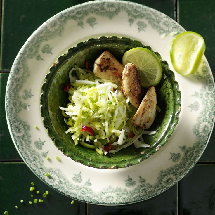 Lauchsalat mit gebratenen Pouletfilets. Ein frischer Salat aus Lauch, Kabis und Peperoncino, den man zusammen mit in Limettensaft marinierten und gebratenen Stückchen von Pouletfilet geniesst.