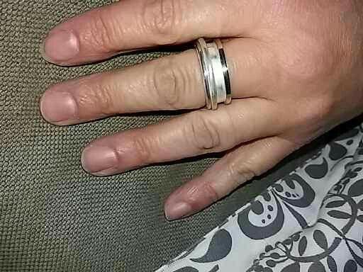 een mooie brede zilveren ring met een randje goud gemaakt. middelste gedeelte kan draaien.