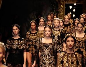 Desfile de modas totalmente inspirado en la indumentaria barroca, todos los detalles y bordados en color dorado que resaltan del fondo negro, todo eso pertenece a la época