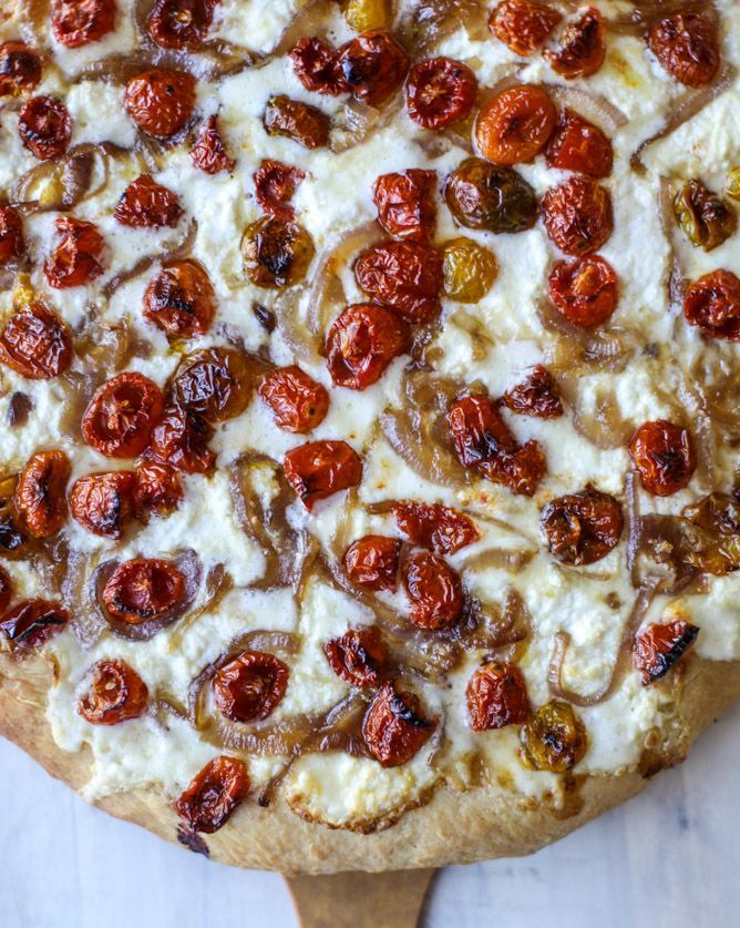 slow roasted cherry tomato pizza with garlic cream and arugula I howsweeteats.com #pizza #recipes