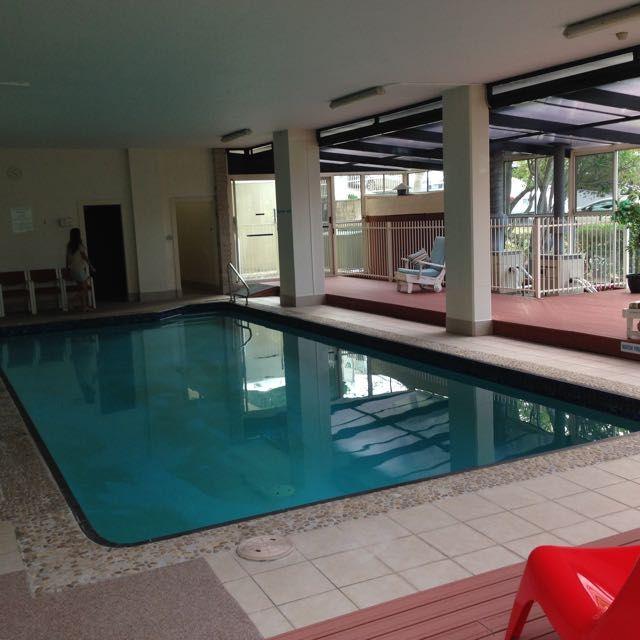 My home complex ,,,, 我が家の共同プール、一応全天候温水、ちっちゃいサウナも完備。 10M?!
