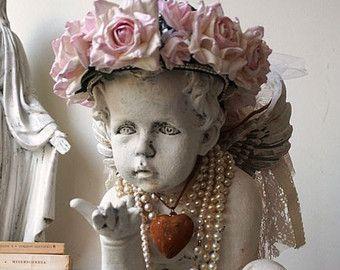 Cherub standbeeld versierd roze roos kroon armoedig huisje chique noodlijdende sierlijke engel parels en hart versieringen home decor anita spero ontwerp