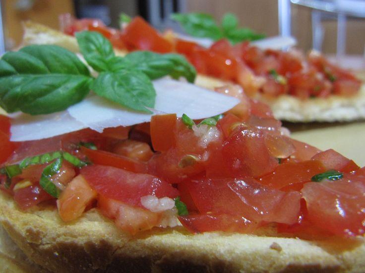 Rajčata jemně pokrájet na drobné kostičky, k tomu na jemno bazalku, osolit, opepřit, přidat prolisovaný česnek, olej a smíchat. Nechat...
