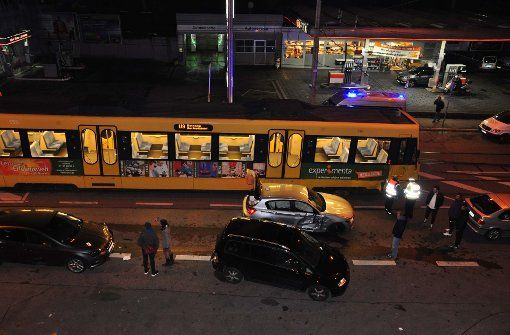 Unfall in Stuttgart- Stadtbahn schleift Auto mit...