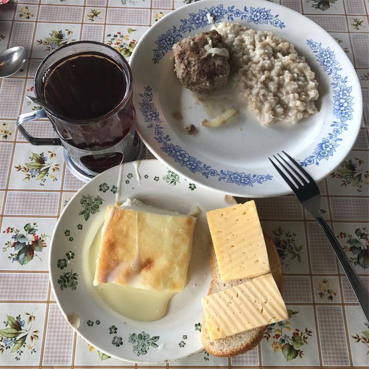 А у нас сегодня вкусный завтрак, запеканка творожная со сгущенкой, котлета с геркулесом, бутерброд с сыром и чай. #nextcamp #nextзавтрак #nextbuffet