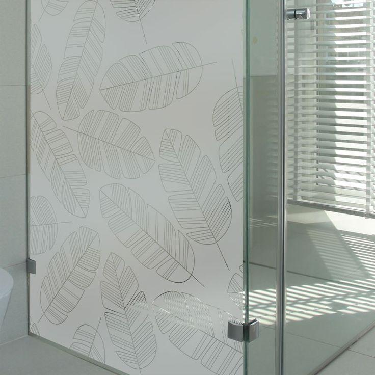 Sticker dépoli pour occulter sa paroi de douche au motif de plumes design.