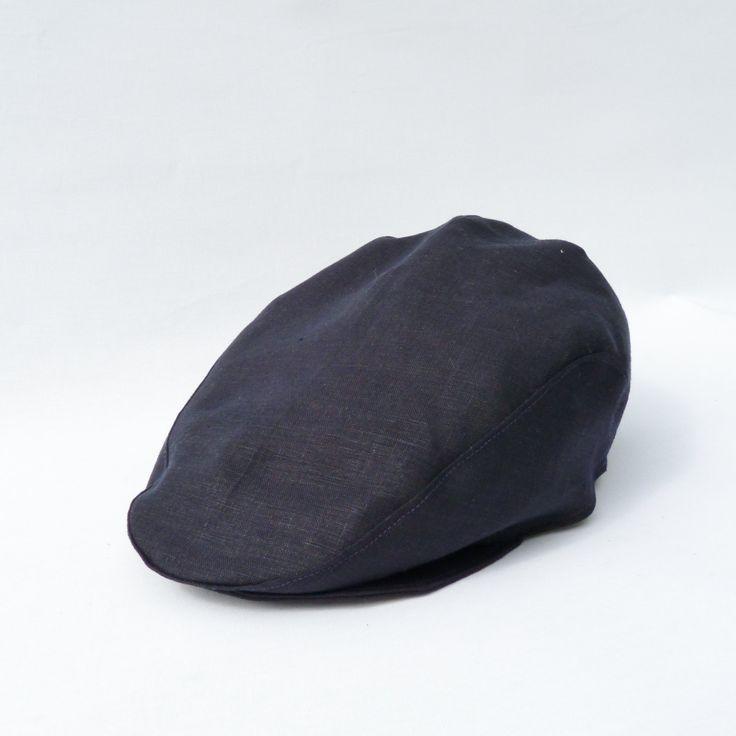 Flot sixpence-hat i lærredstof i elegant navy farve.