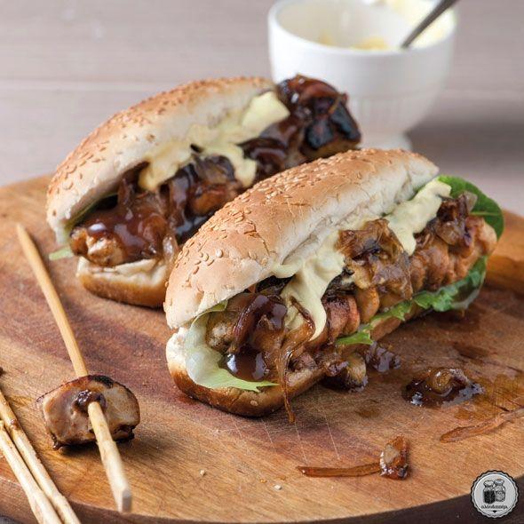 Σάντουιτς κοτόπουλου με σάλτσα μουστάρδας & καραμελωμένα κρεμμύδια