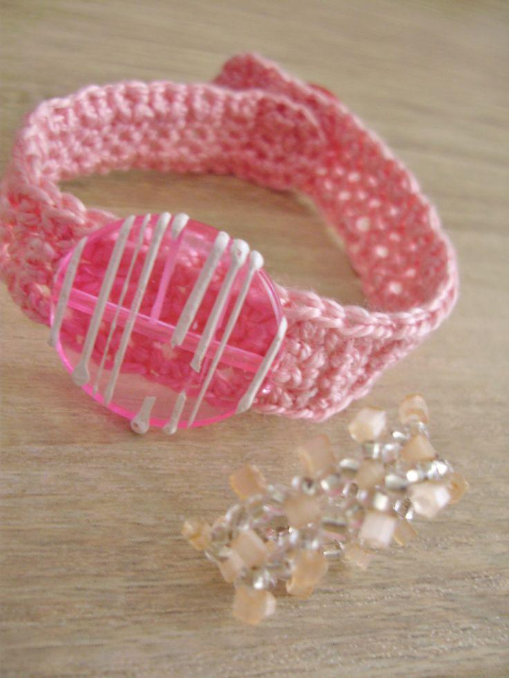 bracelet au crochet, se ferme par un bouton