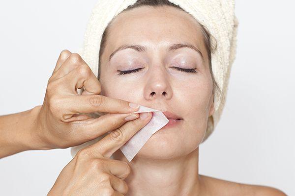 Veja aqui dicas para depilar o buço em casa como creme, cera quente ou fria, linha ou pinça, tudo bem simples e prático!