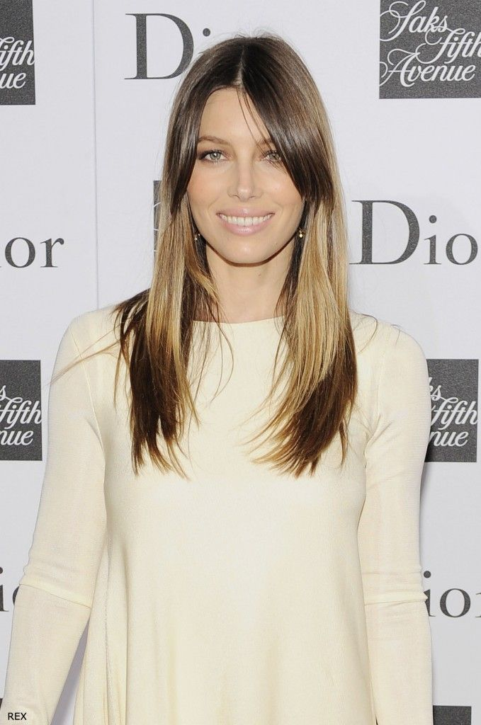 New hair dying trend: Splashlights. I think Jessica Biel pulls off this look very well, hers is subtle. But I'm not so sure about a horizontal stripe going straight through the middle of your hair... I guess anything can look good if you rock it right tho ;)