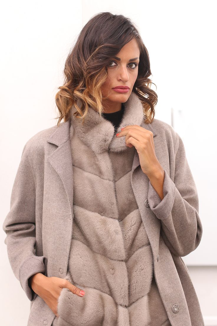 Сashmere coat with Mink. Made in Italy. Skins Quality: LORO PIANA – KOPENHAGEN FURPLATINUM; Color: Beige; Closure: With hooks and buttons; Collar: Round; Length: 90 cm; #elsafur #fur #furs #furcoat #mink #minkcoat #cappotto #peliccia #pellicce #loropiana #cachemere