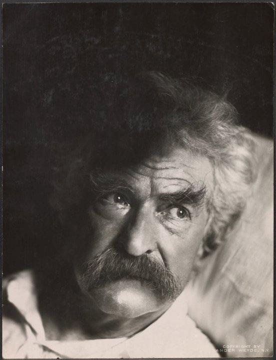 Mark Twain na cama.