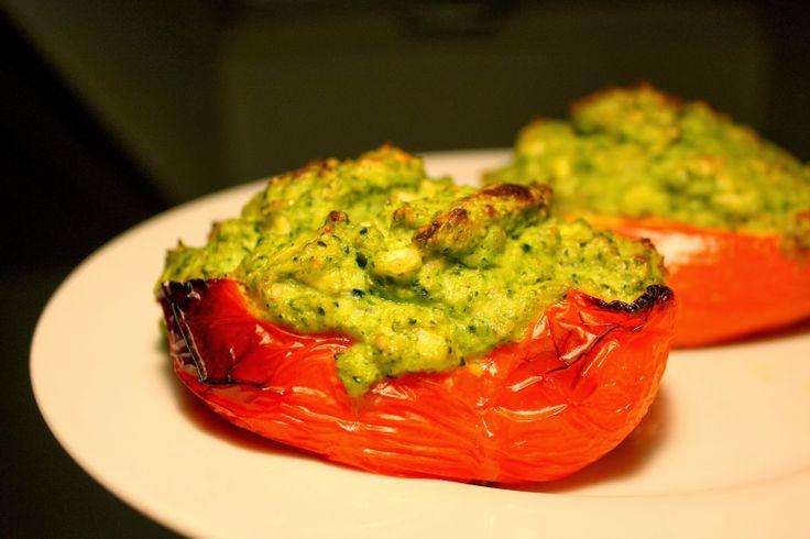 Fyldte peberfrugter med broccoli, sesam og hytteost