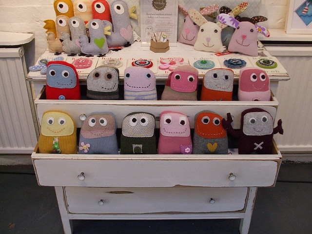 i wish i could drag a dresser to shows with me . . .Crafts Fair, Dressers Drawers, Crafts Ideas, Creative Display, Old Dressers, Display Ideas, Crafts Business, Crafts Stalls, Stuffed Animal