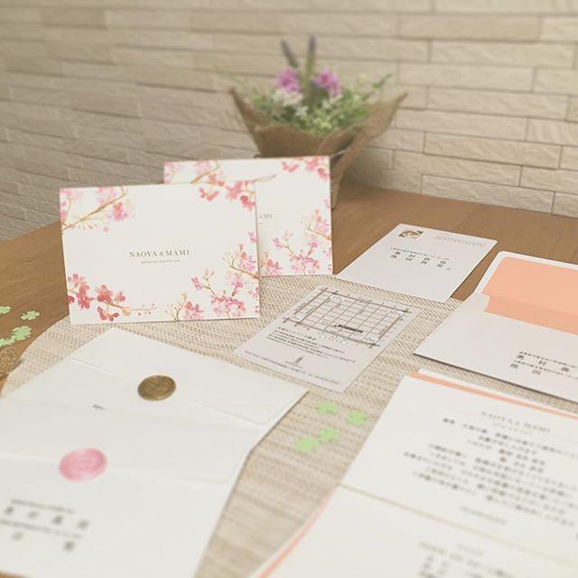 【wedding70803】さんのInstagramをピンしています。 《・ ・ 去年の今日大安の日に 招待状を発送しました💓 ・ ・ 招待状は春らしくしたくて、色々と取寄せましたがハッピーリーフさんにお願いすることにしました🌟 ・ ・ 招待状にはひとつずつクローバーを型抜きしたものが入ってます😊 ・ ・ 卒花の方々の小さなハートフレーク💕がたくさん入ってるのがすごく可愛く見えたんですが、妹から開けてバラバラ落ちたら拾うのめんど臭い😂と言われて1つだけ入れることに💌笑 ・ ・ 桜🌸かクローバー🍀を入れるか迷って結局クローバーになりました😊 ・ ・ ちっちゃくて気付かへんかなぁと思ったけど意外と気付いてくれたみたいです🌟 ・ ・ これ私だけー?!💓って喜んでくれた友人が可愛かった🙆💞笑 ・ ・ 招待状には春の香りも乗せました🌷 ・ ・ Miss Dior ♡ BLOOMING BOUQUET 💐 ・ ・ 春らしくて優しい大好きな香りです😍😍 ・ ・ 招待状いろいろ考えるのが1番楽しかったかも♬ ・ ・ ・ #weddingtbt #wedding…