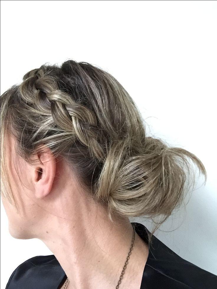 Kapsel voor half lang haar. Begin met een scheiding in het midden en vlecht 1 kant ( met een omgekeerde vlecht) naar achteren. Maak dan een lage staart en vorm dat in een slordige knot mbv schuifdpeldjes. Haarlak er over en klaar!