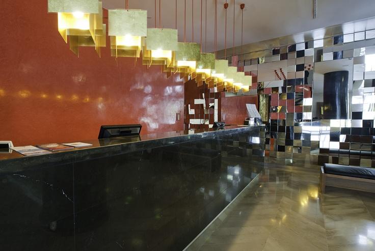 Hotel Reina Petronila - detalle hall recepción