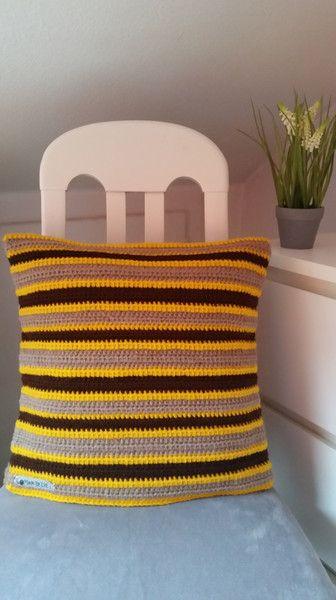 Wohntextilien - Kissenbezug M gehäkelt taupe/dunkelbraun/gelb - ein Designerstück von EvE-Paris bei DaWanda