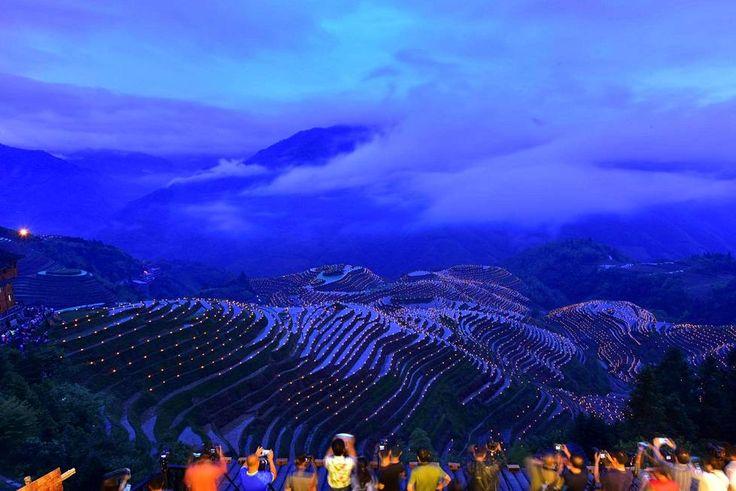 Ihmiset ottivat kuvia lyhdyistä Kiinan Guilinissa järjestetyn festivaalin aikana. Lyhdyt oli tuotu pelloille hyvän sadon toivossa.