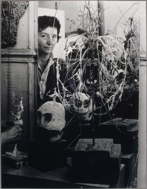 Germaine Richier travaillant à une sculpture (visage reflété dans la glace), 1955  Auteur :  Brassaï, aka Halasz Gyula (1899-1984)