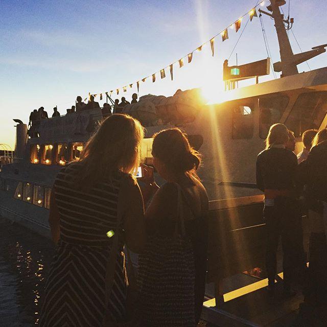 Björnholmen, solnedgång. #vindhem #stockholm #sunset #msvindhem #vindhem #archipelago #sverige #ocean #sommar #summer #people