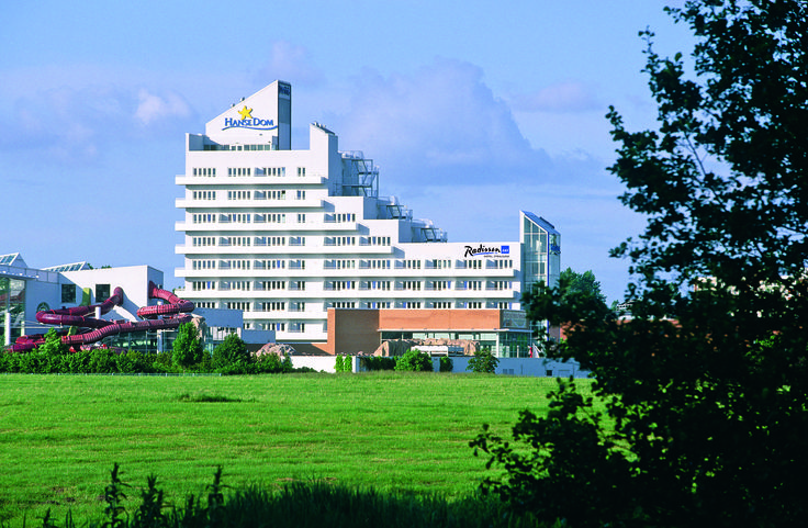 Near the Baltic Sea coast, approximately five kilometres from the popular holiday island of Rügen, lies the four-star Wyndham Stralsund HanseDom hotel. With 114 rooms and suites, four modern conference rooms for events of up to 250 persons and direct access to the HanseDom leisure park, the hotel is the ideal location for wellness, family holidays, exceptional business events and private parties. Three different restaurants offer a wide range of culinary delights