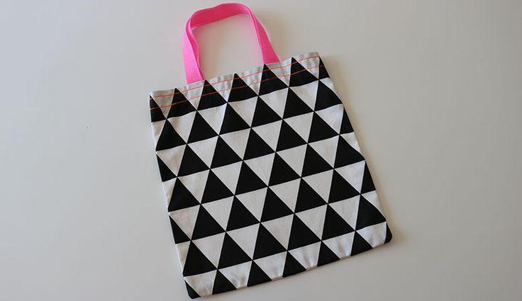 Deze tas is multifunctioneel: gebruik 'm als shopper voor kleine boodschappen of als leuke gymtas. Hij is gemaakt door Carolijn van stof Joep zwart. Zelf maken? Lees op https://www.kwantum.nl/creatief-met-stoffen hoe. #DIY #Kwantum #Stof